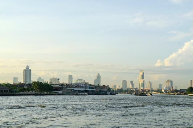 Paysage urbain de penang avec des bateaux sur l'océan et des gratte-ciel en malaisie, en asie.
