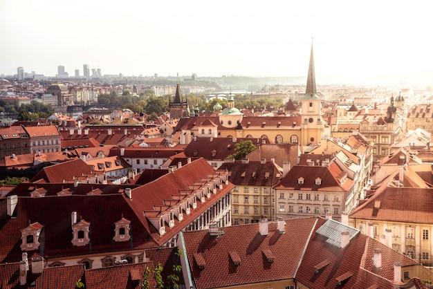 Paysage urbain de prague. vue sur la vieille ville et l'église saint-thomas. république tchèque.