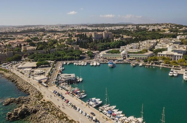 Paysage urbain de rhodes, grèce. vue aérienne du drone
