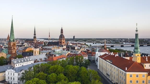 Paysage urbain de riga avant le coucher du soleil. riga est la capitale de la lettonie. vue aérienne