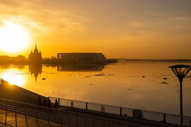 Paysage urbain. rivière et coucher de soleil. la ville de nijni novgorod au coucher du soleil au confluent des deux rivières volga et oka. nijni novgorod a 800 ans en 2021