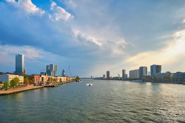 Paysage urbain de rotterdam vue sur la rivière nieuwe maas pays-bas