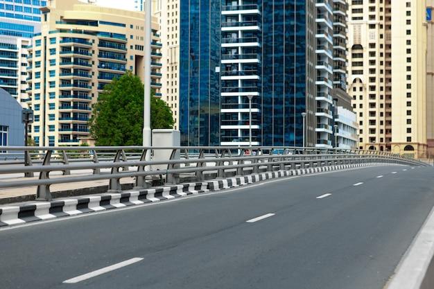 Paysage urbain de la route urbaine de dubaï pendant la journée