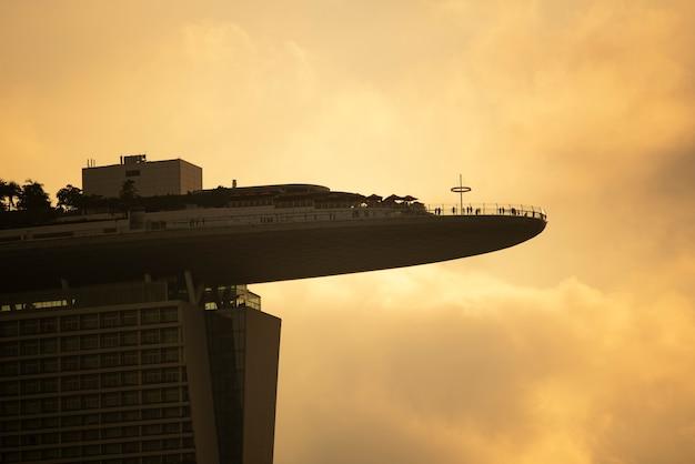 Paysage urbain de singapour au crépuscule. paysage de singapour immeuble de bureaux moderne autour de marina