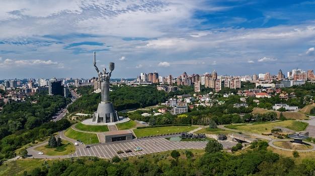 Paysage urbain et skyline de kiev au printemps