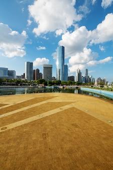 Paysage urbain et skyline de shanghai depuis une route urbaine vide