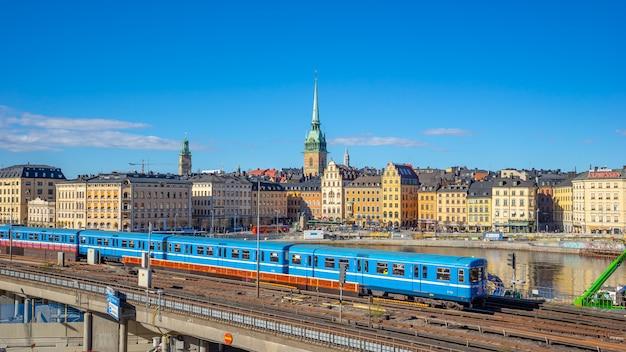 Paysage urbain de stockholm avec un train dans la ville de stockholm, suède