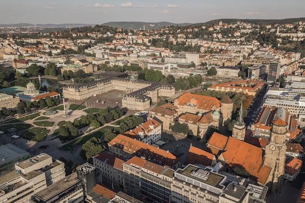 Paysage urbain de stuttgart, l'une des villes industrielles les plus importantes d'allemagne. vue aérienne