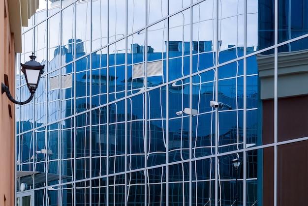 Paysage urbain de style high-tech, fragment de façades de bâtiments en verre et en métal