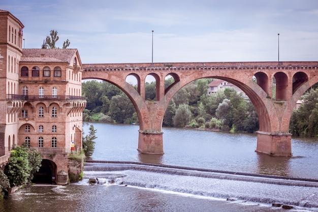 Paysage urbain avec un vieux pont à albi, france. prise de vue horizontale filtrée