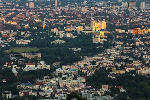 Paysage urbain de la ville de chiang mai, thaïlande depuis le point de vue