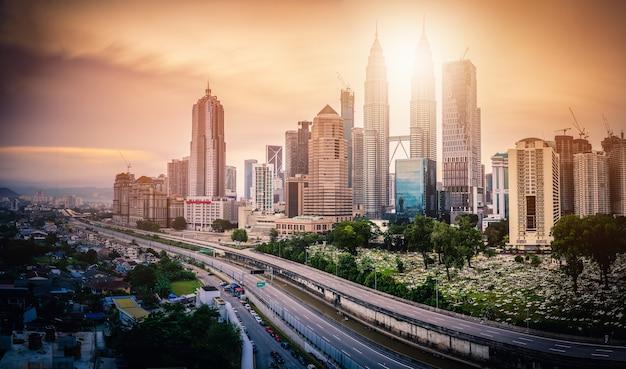 Paysage urbain de la ville de kuala lumpur au lever du soleil en malaisie.