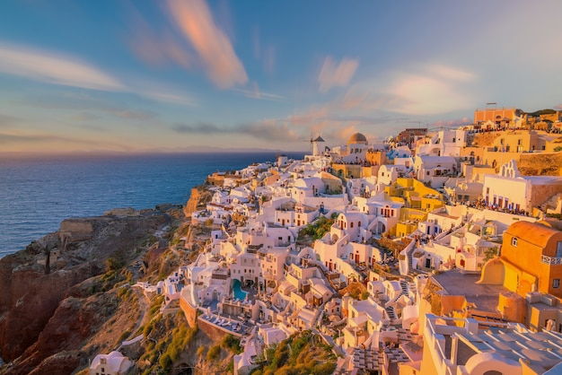 Paysage Urbain De La Ville D'oia Sur L'île De Santorin, En Grèce. Vue Panoramique Au Coucher Du Soleil. Photo Premium