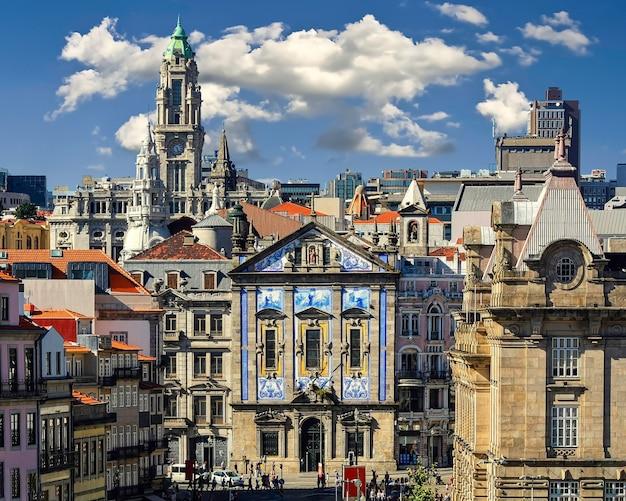 Paysage urbain de la ville de porto, maisons typiques carrelées bleues, façades de bâtiments, toits rouges et ciel bleu. le portugal. euorpe.