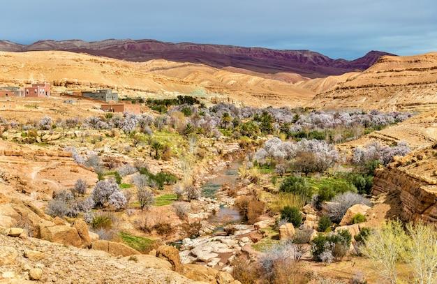 Paysage de la vallée de l'asif ounila, la route des kasbahs dans les montagnes du haut atlas - maroc.