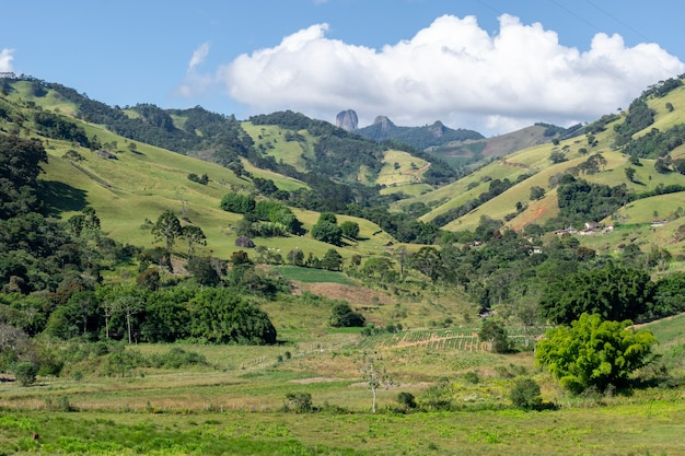 Paysage de vallée dans la montagne mantiquira avec vue sur pedra do bau