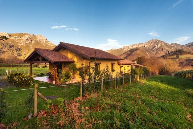 Paysage de vallée idyllique à picos de europa, asturies, espagne.