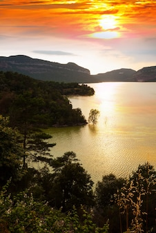 Paysage vertical avec lac de montagnes