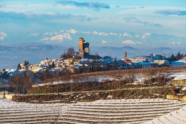 Paysage de vignobles de neige d'hiver au coucher du soleil