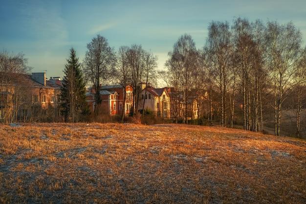 Paysage de village rural de printemps. un beau coucher de soleil dans le village.