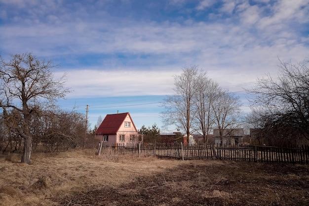 Paysage de village rural de printemps. paysage de campagne avec maisons délabrées