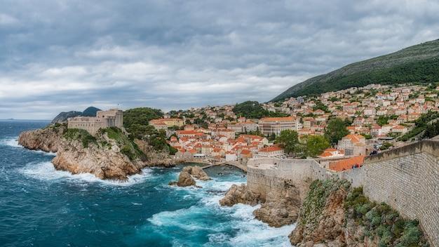 Paysage de ville sur une falaise