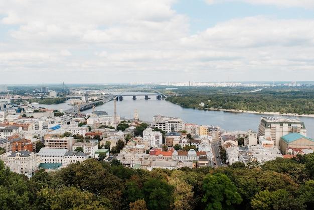 Paysage de la ville de kiev depuis un point élevé dans le cadre de la rivière