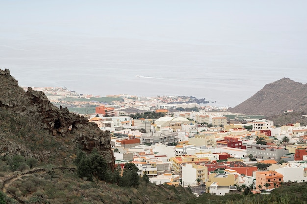 Paysage de ville avec la mer