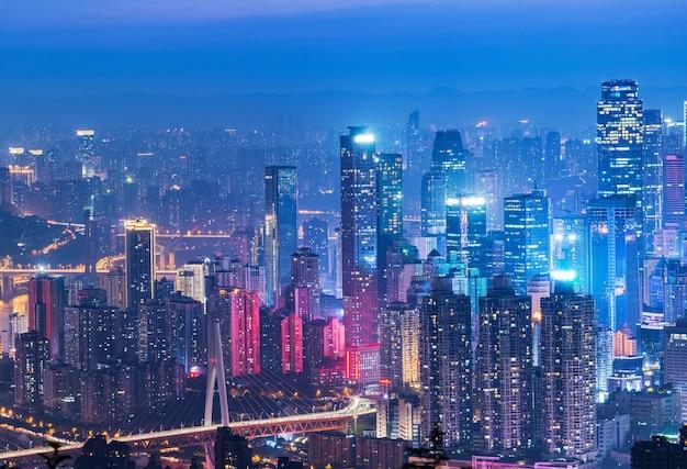 Paysage de ville panoramique, belle vue de nuit