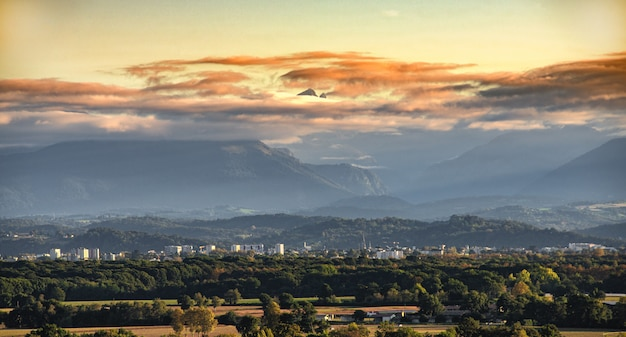 Paysage de la ville de pau, montagnes des pyrénées sur fond