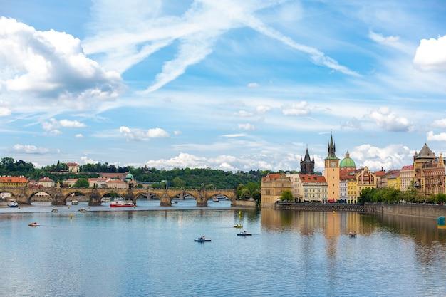 Le paysage de la ville de prague vue depuis la rivière vltava sur l'architecture ancienne de la ville.