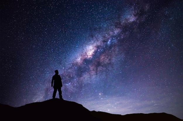 Paysage de la voie lactée homme de la silhouette debout sur la montagne