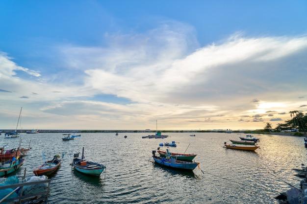 Paysage de vue sur le port de pêche coucher de soleil latinos il y a un débarcadère.