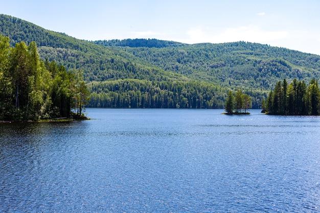 Paysages du lac tagasuk. territoire de krasnoïarsk, sibérie orientale. russie