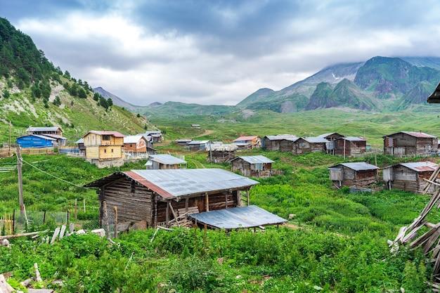 Paysages étonnants des highlands et des montagnes d'arsiyan. savsat, artvin - turquie