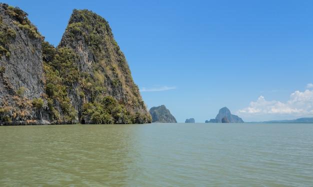 Paysages de l'île calcaire dans le parc national de la baie de phang nga, thaïlande
