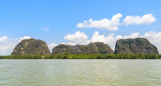 Paysages d'île calcaire avec forêt de mangroves dans le parc national de phang nga bay, thaïlande
