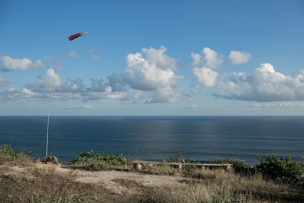 Paysages incroyables. vue sur l'océan depuis la falaise. bali. indonésie.