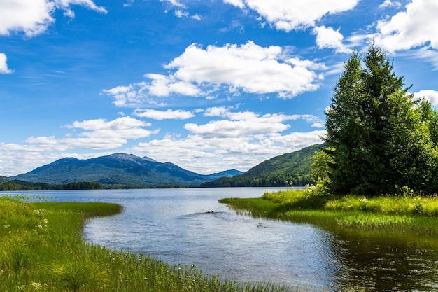Paysages sur le lac tagasuk. mont kizya. territoire de krasnoïarsk, sibérie, russie