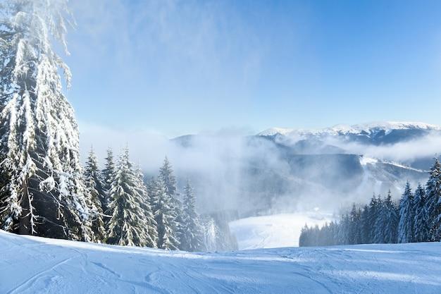 Paysages de montagne et panoramas de sommets enneigés dans les stations de ski d'hiver