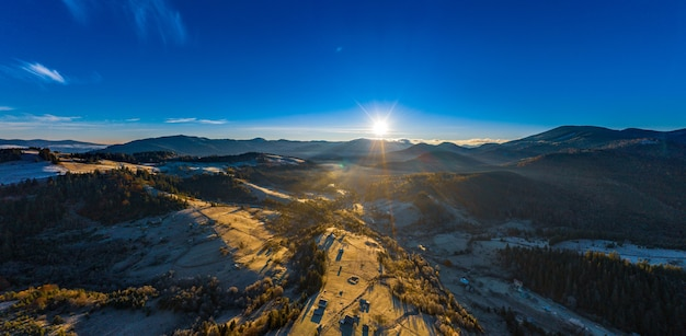 Paysages De Montagne Pittoresques D'automne Avec De La Neige Près Du Village De Dzembronya Dans Les Montagnes Des Carpates Ukrainiennes. Photo Premium