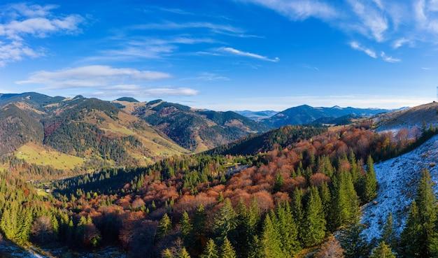 Paysages de montagne pittoresques d'automne avec de la neige près du village de dzembronya dans les montagnes des carpates ukrainiennes.