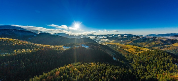 Paysages de montagne pittoresques de l'automne avec de la neige près du village de dzembronya en ukraine carpates