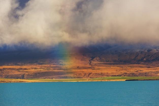 Paysages naturels étonnants en nouvelle-zélande. lac des montagnes au coucher du soleil.