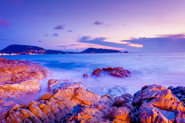 Paysages nocturnes côtières à phuket, thaïlande. le 16 septembre 2017