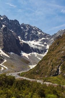 Paysages de la vallée profonde de l'île du sud avec les traces d'un glacier