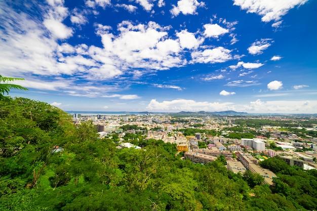 Paysages de la ville sur le fond de montagne de jour.