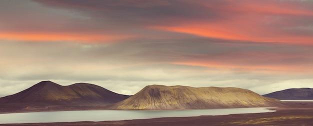 Paysages volcaniques fantastiques d'islande en saison estivale