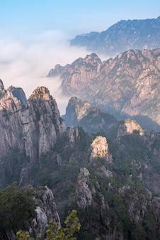Paysagiste magnifique de huangshan (montagne jaune) avec des nuages marins dans la province de l'anhui, dans l'est de la chine.
