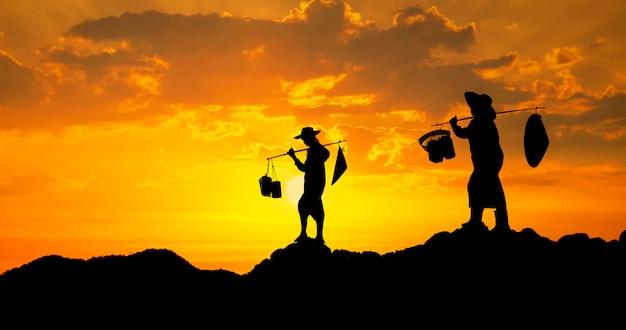 Paysan thaïlandais au coucher du soleil